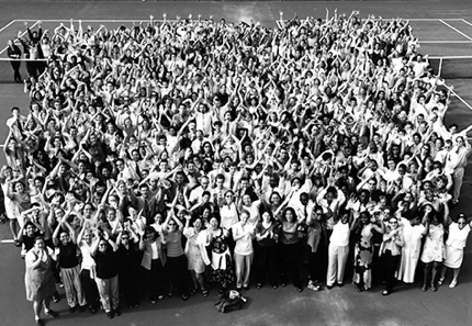 A black and white photo of a large group of Teach For America corps members from 1998.